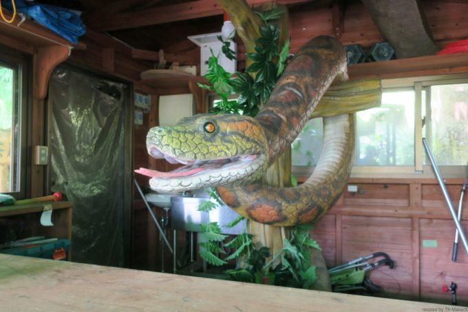 名護「DINO 恐竜 PARK やんばる亜熱帯の森」小屋の中の大蛇が縦横無尽に動き回る。