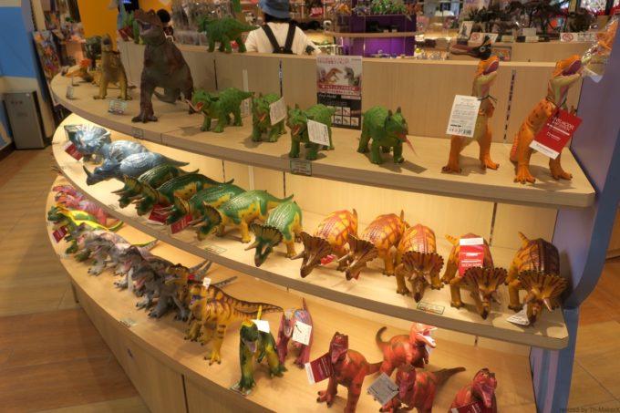 名護「DINO 恐竜 PARK やんばる亜熱帯の森」恐竜ショップに並ぶミニチュア恐竜。