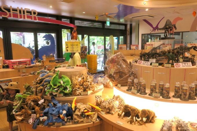 名護「DINO 恐竜 PARK やんばる亜熱帯の森」恐竜ショップの店内の様子。