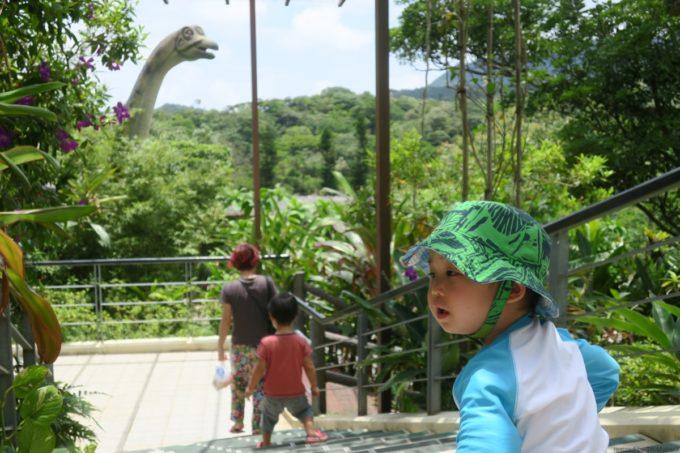 名護「DINO 恐竜 PARK やんばる亜熱帯の森」入場してすぐ、恐竜がいた。