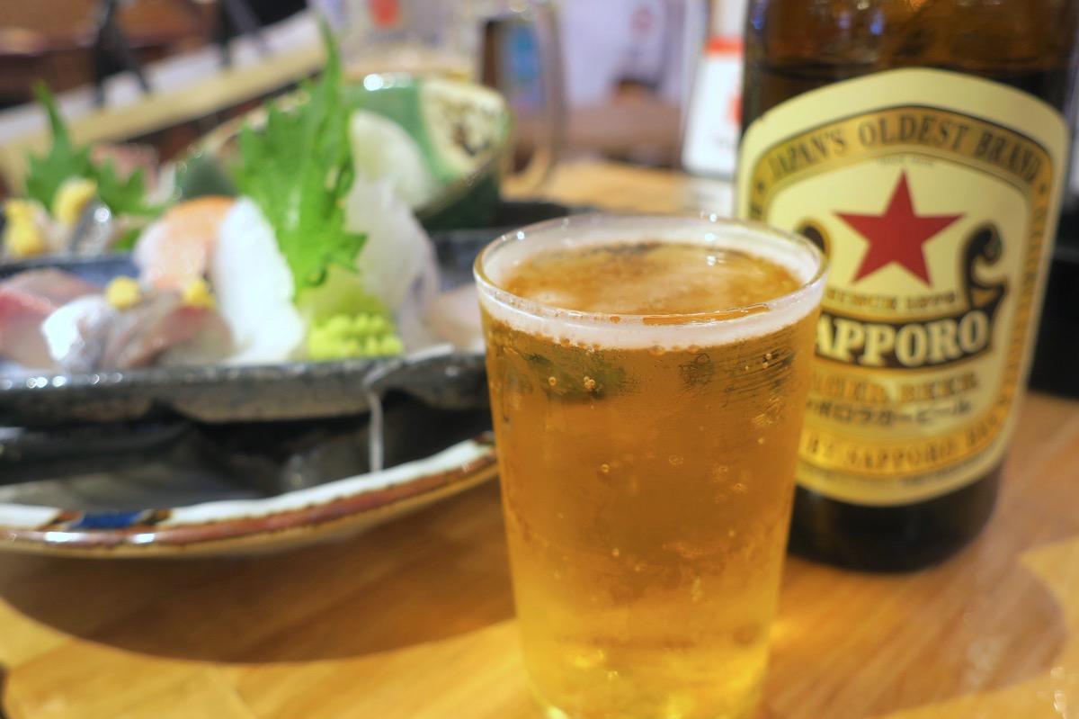 横浜・野毛「魚と酒 はなたれ 野毛一番街店」サッポロビール 赤星ラガー(中瓶、600円)