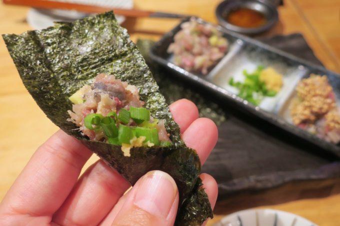 横浜・野毛「魚と酒 はなたれ 野毛一番街店」地魚なめろうは海苔に巻いて食べる。