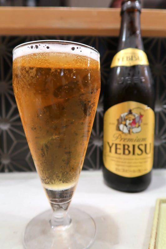 南風原「やきしん」ビールはヱビスを選んだ(中瓶、750円)