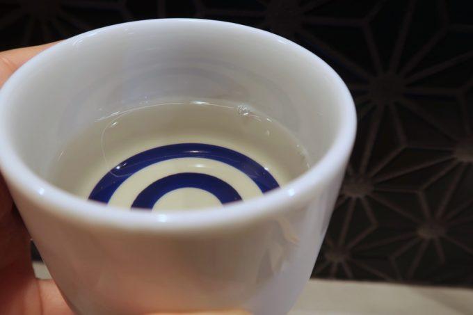 南風原「やきしん」黄色味がかった北鹿 大吟醸 北秋田(600円)は角がなくややフルーティー、香りは控えめだが飲みやすい酒だ。