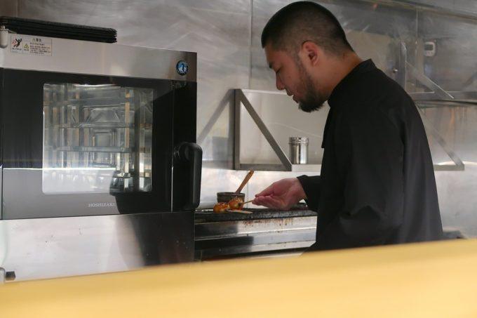 南風原「やきしん」コース料理の焼鳥を炙る店主の林さん