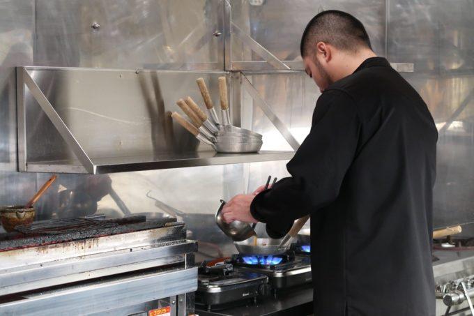 南風原「やきしん」コース料理の親子丼を調理する店主の林さん