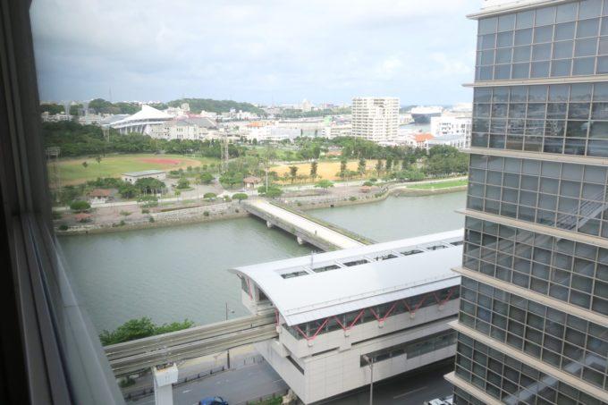 那覇・壺川「メルキュールホテル沖縄那覇」13階の客室から壺川駅や奥武山公園を眺める。