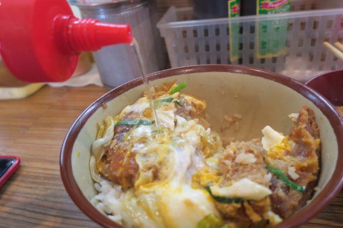 那覇・松山「三笠食堂」カツ丼にコーレーグスをかけて食べるのもおいしい。
