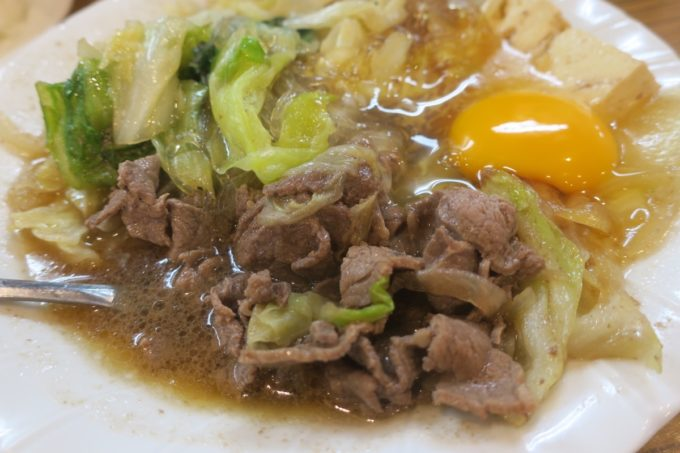 那覇・松山「三笠食堂」スキヤキのお肉と野菜、そして生卵。