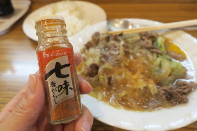 那覇・松山「三笠食堂」スキヤキに七味はテッパン。
