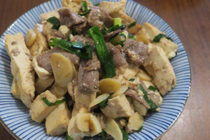 那覇・松山「三笠食堂」たっぷりのニンニクが入っている牛肉と豆腐の炒めがおいしい。