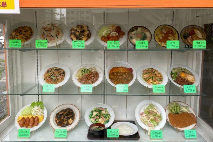 那覇・松山「三笠食堂」お店の外にあるディスプレイ(2020年3月)