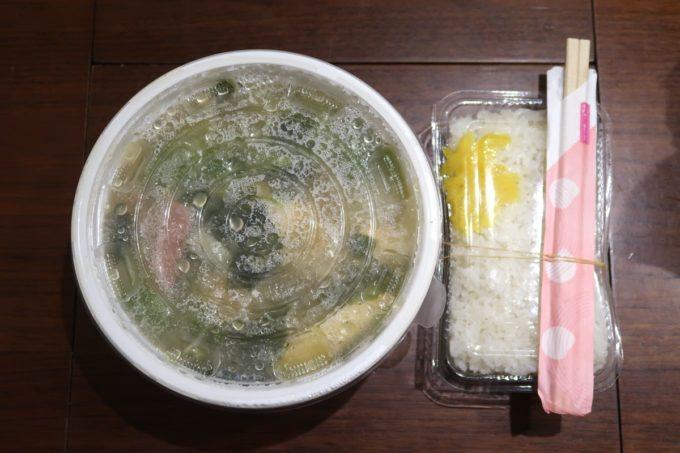 那覇・松山「三笠食堂」味噌汁(持ち帰り、600円)(2020年3月時点)
