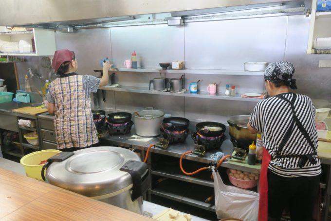 那覇・松山「三笠食堂」でキビキビ働くおばちゃんたち