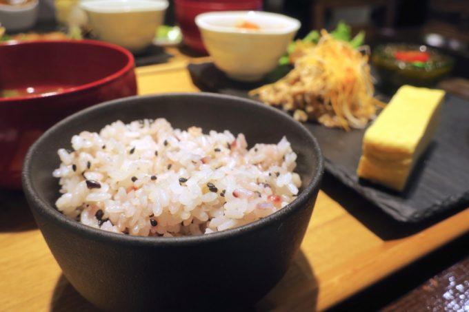 那覇・久茂地「モダンバル 餐仕(さんじ)」ご飯も雑穀米が嬉しい。