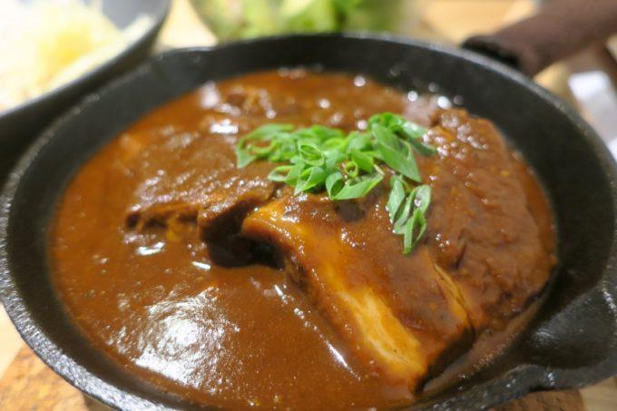 那覇・久茂地「モダンバル 餐仕(さんじ)」大きな豚バラ肉がドーン!