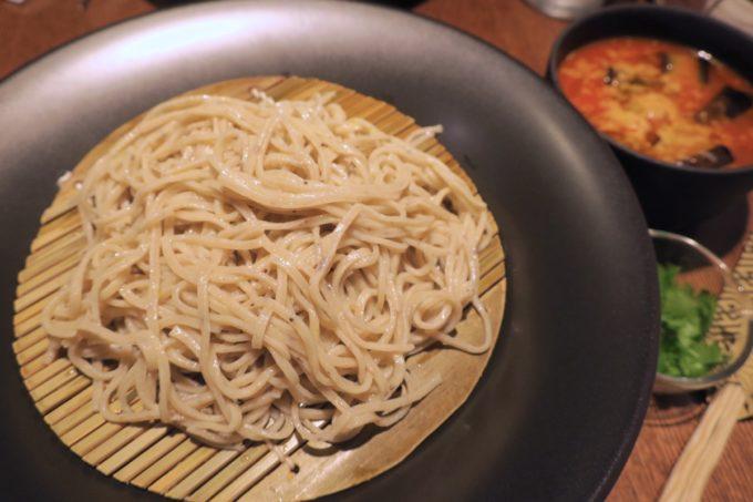 那覇・久茂地「モダンバル 餐仕(さんじ)」揚げナスと完熟トマトのつけそば(850円)