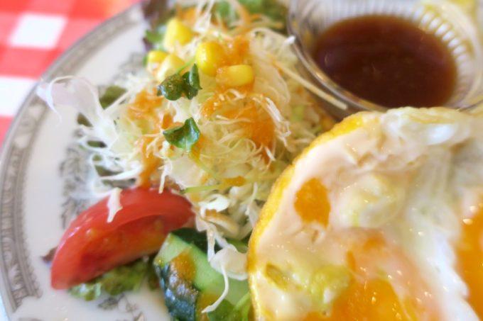 南風原・環境の杜ふれあい「ぬーじボンボン ニュータイプ」チャーシューエッグ定食のサラダ。