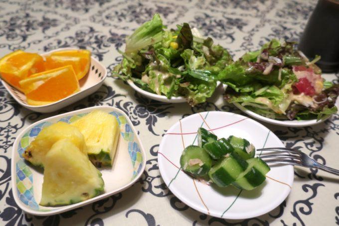 沖縄市「オークレストラン」食べ放題のサラダなどを取り分けてきた。