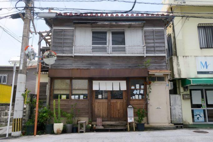 那覇・樋川にある昭和レトロなカフェ「あめいろ食堂」の外観