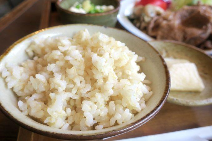 那覇・樋川「あめいろ食堂」の定食についてくる玄米ごはん。