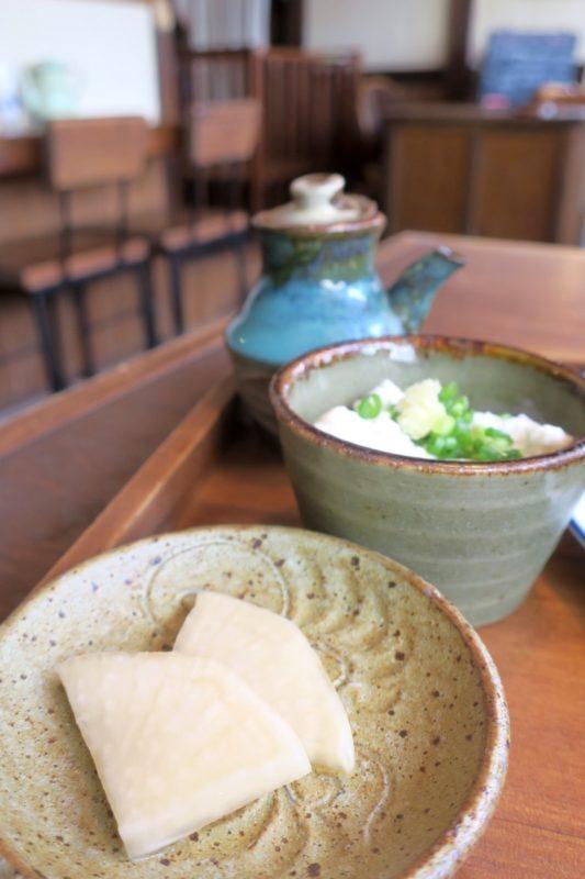 那覇・樋川「あめいろ食堂」の定食についてくるお漬物とゆしどうふやっこ。