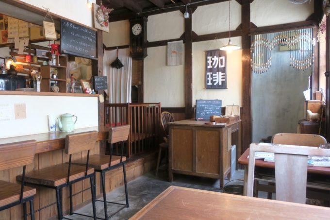 那覇・樋川「あめいろ食堂」の店内は昭和レトロそのもの。