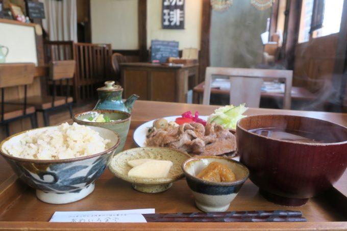 那覇・樋川「あめいろ食堂」県産豚のしょうが焼きプレート(1000円)と店内の様子