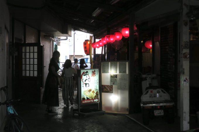 那覇・浮島通り「餃子の店 華」の外観。