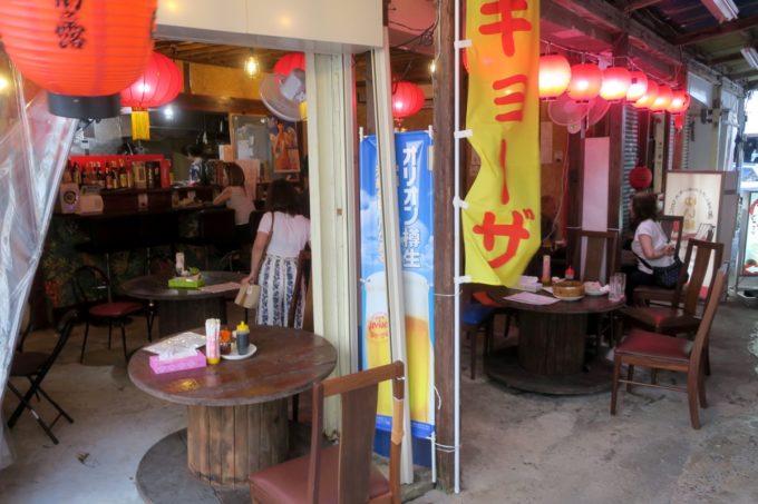 那覇・浮島通り「餃子の店 華」店内の様子。