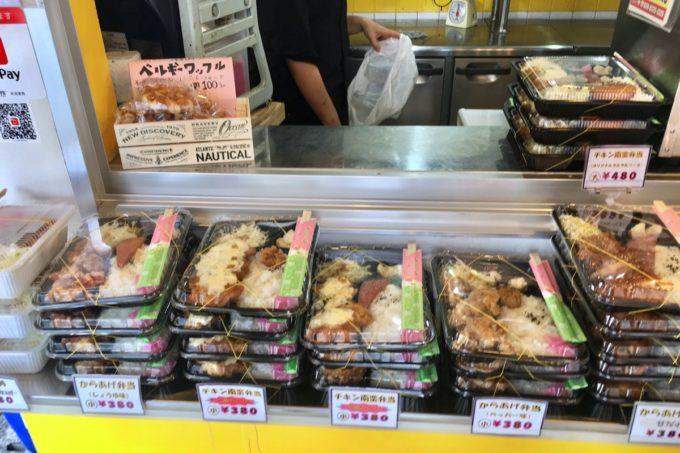 那覇・久米「 唐ちゃん」店先に並ぶお弁当の山。