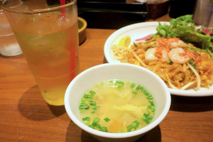 赤坂のタイ料理「ギンカーオ(Gin Khao)」ランチにはスープとドリンクがついている。