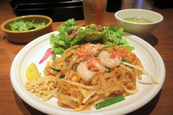 赤坂のタイ料理「ギンカーオ(Gin Khao)」のランチで食べたパッタイ(1100円)にパクチートッピング(+100円)