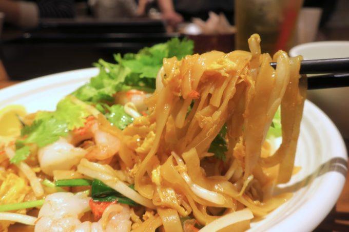 赤坂のタイ料理「ギンカーオ(Gin Khao)」パッタイは米粉を使った平打ち麺の焼きそば。