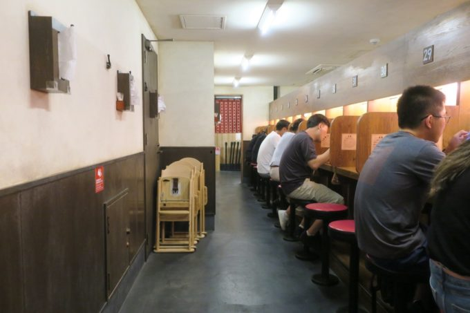 那覇・国際通り「一蘭」の店内にある一人席の飲食スペース