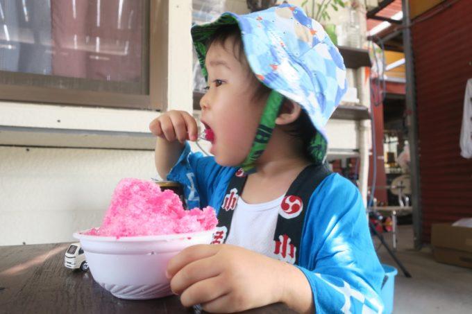 うるま市安慶名「古謝もち店」いちご味のかき氷(100円)を食べるお子サマー。