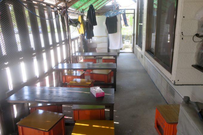 うるま市安慶名「古謝もち店」の脇に設置されている簡易的な席