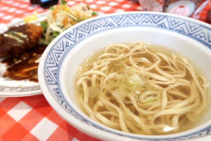 南風原・環境の杜ふれあい「ぬーじボンボン ニュータイプ」メンチカツ定食にはごはんと汁物の素そばがついてくる。