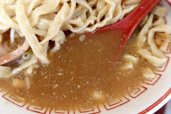 南風原・環境の杜ふれあい「ぬーじボンボン ニュータイプ」ぬーじ郎(850円)の豚骨スープは意外とあっさり