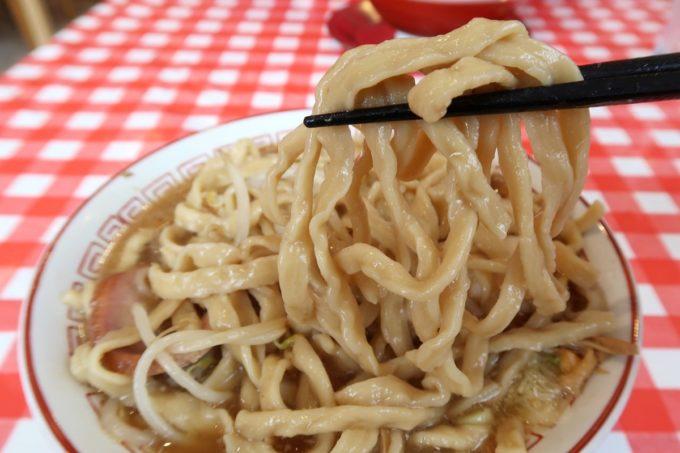 南風原・環境の杜ふれあい「ぬーじボンボン ニュータイプ」ぬーじ郎(850円)は京都の製麺屋・棣鄂(ていがく)のJオロチという厚切り麺を使っていた。