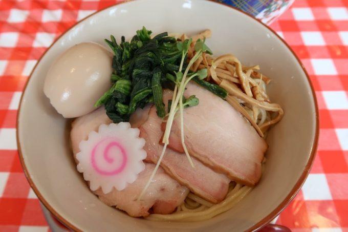南風原・環境の杜ふれあい「ぬーじボンボン ニュータイプ」納豆ざる(850円)の麺は2玉使っているのでボリュームがある。