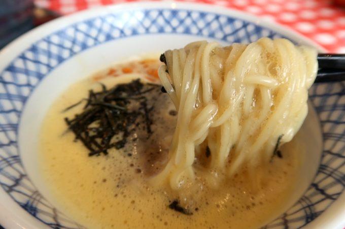 南風原・環境の杜ふれあい「ぬーじボンボン ニュータイプ」納豆ざる(850円)のつけだれに麺をどぼん。