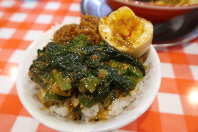 南風原・環境の杜ふれあい「ぬーじボンボン ニュータイプ」スパイシーヌードルについてくるご飯にほうれん草と味玉、ドライキーマをオンして食べた