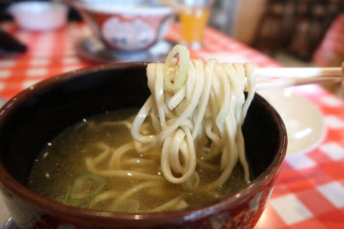 南風原・環境の杜ふれあい「ぬーじボンボン ニュータイプ」エビフライ定食(900円)にもついてくる沖縄そば