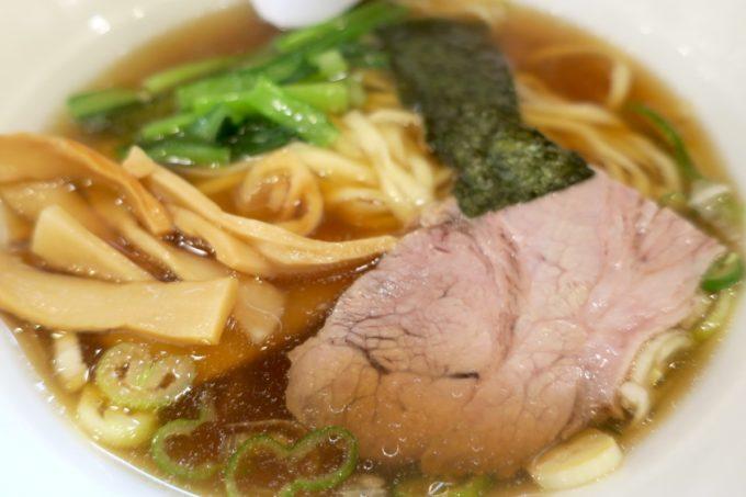 新橋「らぁめん ほりうち」らぁめんのトッピングは豚肩ロースのチャーシューにメンマ、青菜、海苔。