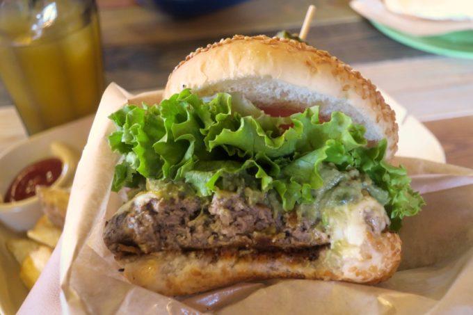 宜野湾「BOASORTE(ボアソルチ)」のハンバーガーはパティが柔らかく、ごまたっぷりのバンズもおいしい。