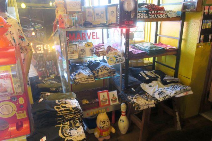 宜野湾「BOASORTE(ボアソルチ)」店内には古着っぽい服も販売していた。