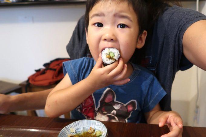 浦添「うなぎ専門 一麦食品」うなきゅう巻き(600円)が気に入ったお子サマー