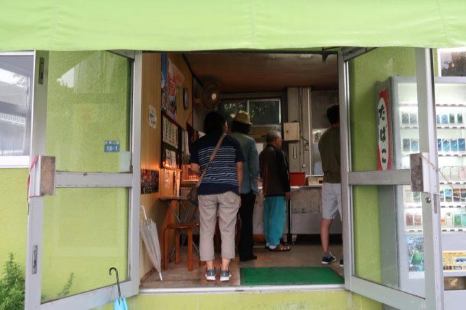 浦添「うなぎ専門 一麦食品」の入り口に並ぶ人たち
