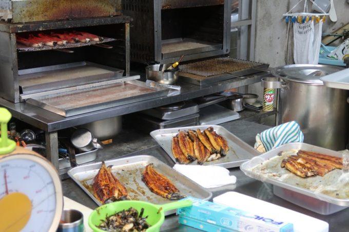 浦添「うなぎ専門 一麦食品」の調理場